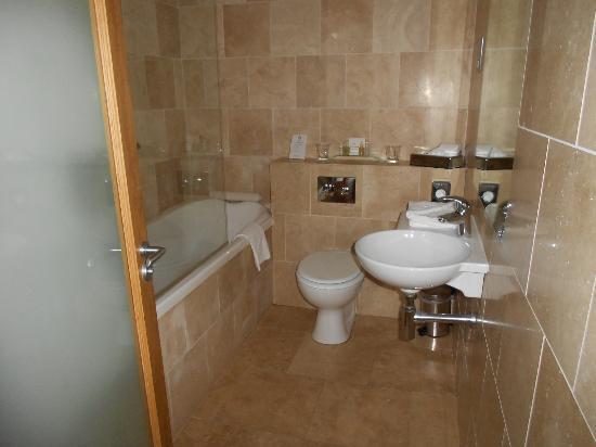 PREMIER SUITES PLUS, Dublin Lesson Street: Bathroom