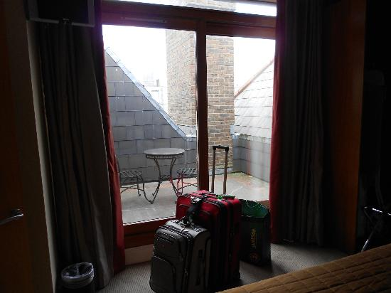 PREMIER SUITES PLUS Dublin Leeson Street: The cute little patio from the living room