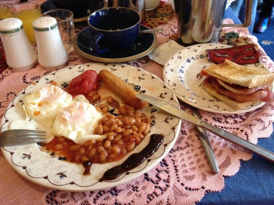 Willow Grove Hotel : The English Breakfast, Nice white eggs.. Scrambled eggs the day before..