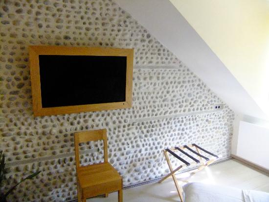 Hidden Bay Hotel: Television with wood surround and pebbled wall