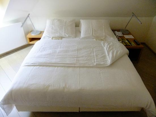 Hidden Bay Hotel: Large double bed