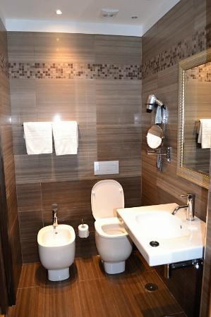 Comfort Hotel Roma Airport Fiumicino : The sparkling bathroom