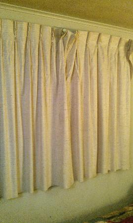 City Center Best Rates Motel: Torn dirty curtains