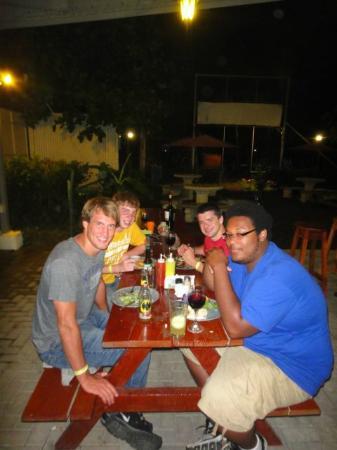 El Faro Beach Hostel: Satisfied group eating in our Funky Monkey Restaurant