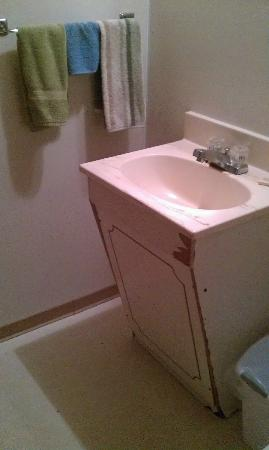 City Center Best Rates Motel: Beat up bathroom vanity and mismatched old towels