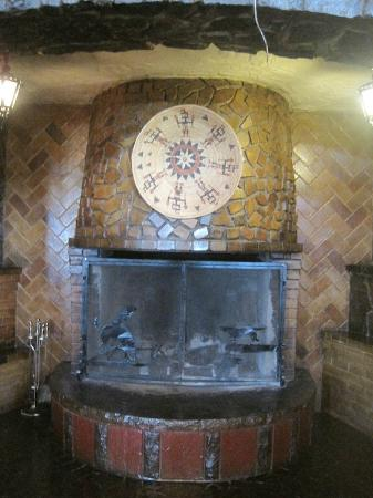 El Rancho Hotel & Motel: Fire Place in El Rancho Hotel