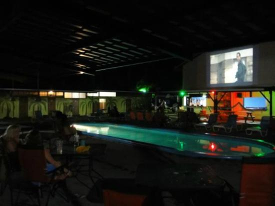 El Faro Beach Hostel: Movie every night! and by the pool...
