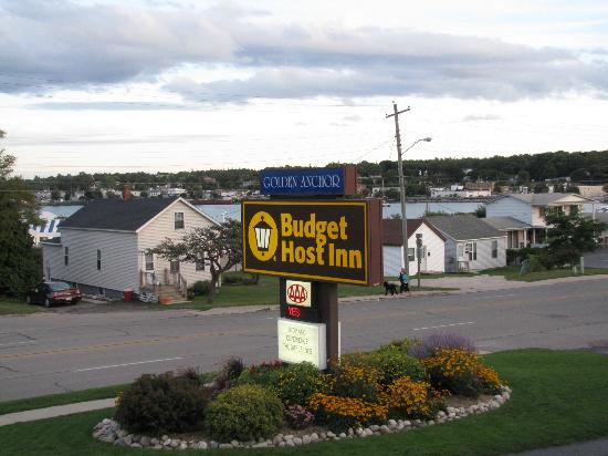 Budget Host Inn & Suites: Hotel sign
