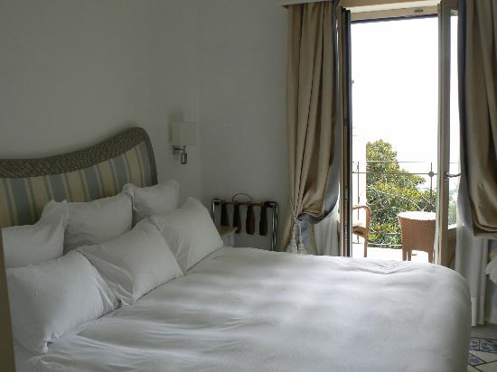 Capri Tiberio Palace: Beautiful room, all linen, nice bathroom. CLEAN and new.