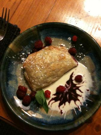 Bluefish Bed & Breakfast: Fresh raspberry blackberry tart with creme anglaise