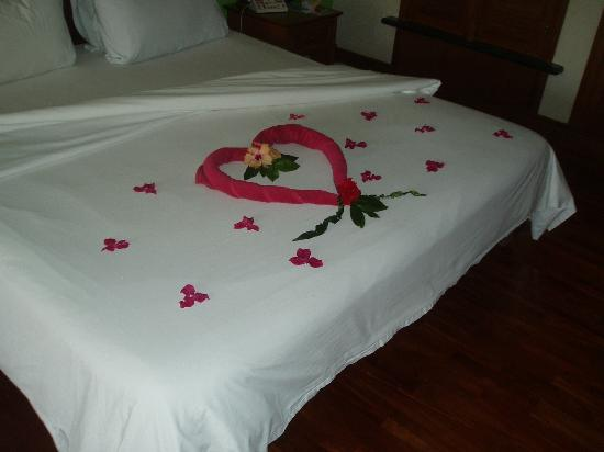 Krabi Thai Village Resort: Flower design on bed