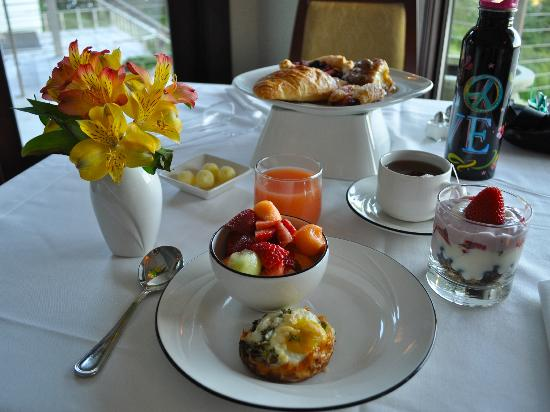 Whale Cove Inn: My lovely breakfast, prepared by Andrea