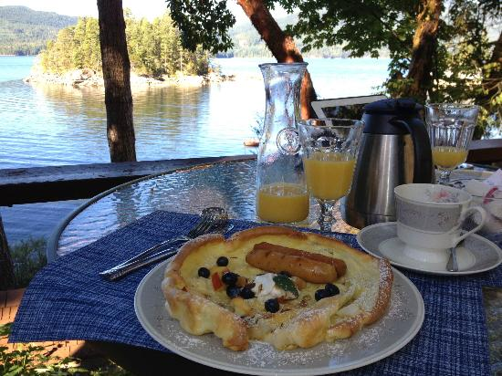 Tranquility Bay Waterfront Inn: breakfast served on our patio
