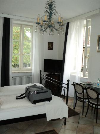 Hotel Am Friedrichsbad mit Prager Stuben : Bright, light corner room #228