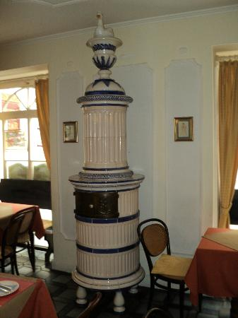 Hotel Am Friedrichsbad mit Prager Stuben: Ceramic stove, breakfast room/dining room