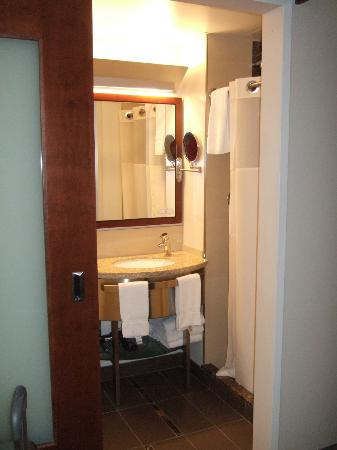 River Hotel: Bathroom