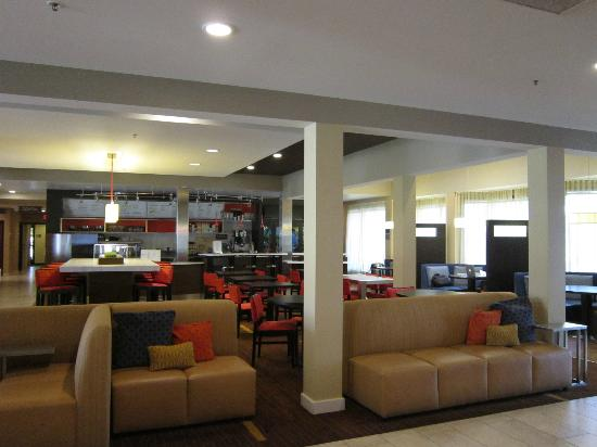 Courtyard Palm Springs : Lobby Area with booths and coffee/bar