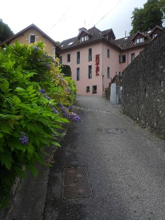 Hotel des Marquisats: Steep road to hotel