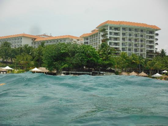 Shangri-La's Mactan Resort & Spa : Picture of the hotel while we were swimming & snorkeling