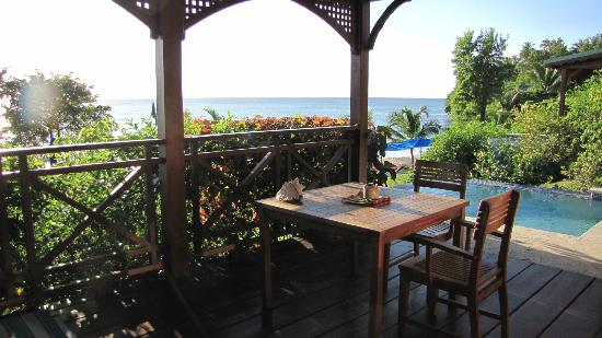 Calabash Cove Resort and Spa: Dining area at cabin & view