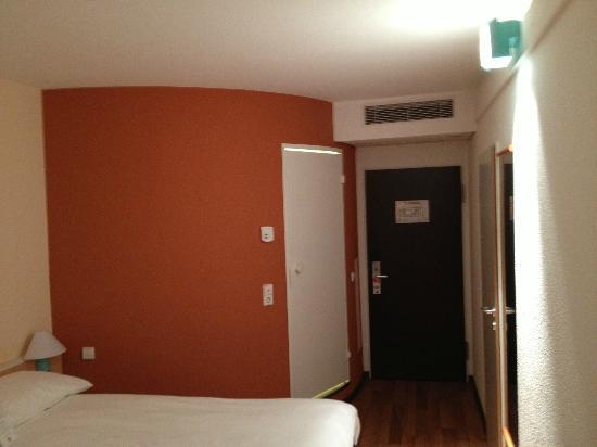 Ibis Stuttgart Centrum: Zimmer (das Bad ist im runden Teil)