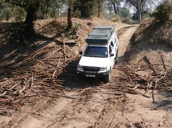 Luangwa Wilderness Lodge: Crossing a dry river valley, Luambe NP