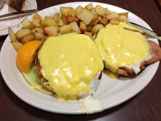 Dunn's Famous Deli : Fried Eggs Benedict (weird!)