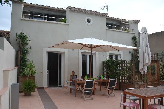 Petit Hotel Marseillan: Beim Frühstücken auf der Terrasse