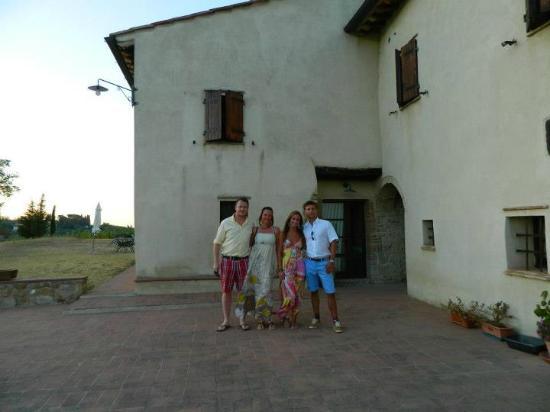 Podere La Marronaia Agriturismo: Foran vingården/ hvor vi boede.
