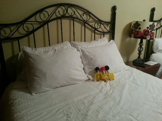 Wagon Wheel Motel: Beds & Decor
