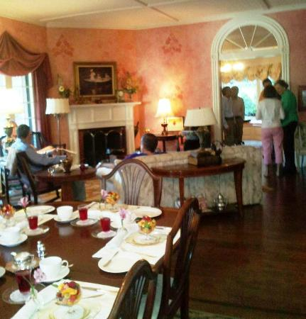 Lakewinds Country Manor: Mingling guests prior to breakfast