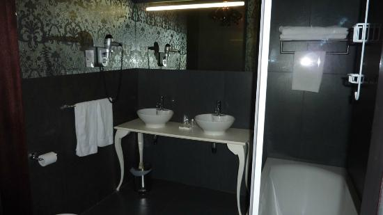 Aeva Hotel: Bathroom