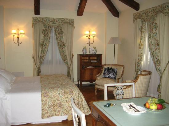 Hotel Villa Franceschi: Half of Our Bedroom