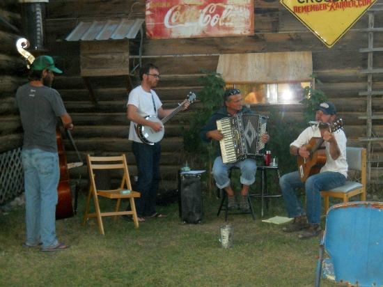 Northern Lights Saloon and Cafe: Music in the yard