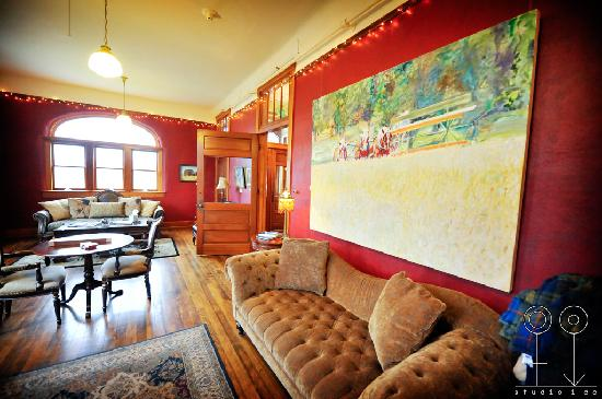 Balch Hotel: Parlor for lounging, reading, or viewing Mt. Hood sunset!