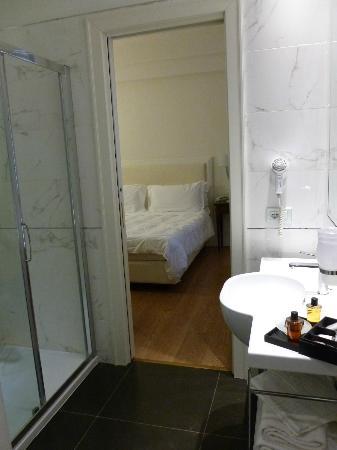 Hotel Italia: View from bathroom into comfortable bedroom