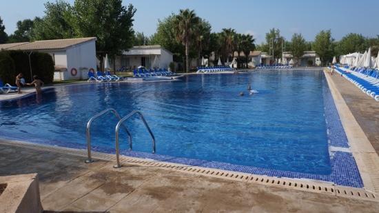 Valentin Playa de Muro: Large pool with plenty of sun beds