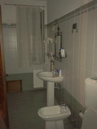 Al Galileo Siciliano: Salle de bains grande et bien agencée.
