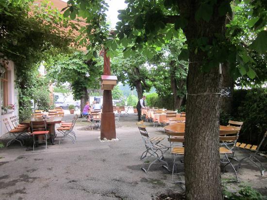هوتل هيرش: hotel restaurant patio
