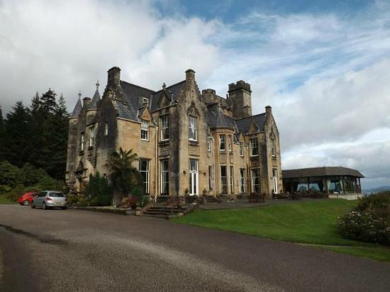 Stonefield Castle Hotel: The castle as you drive into the grounds.