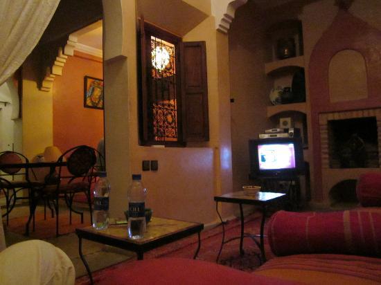 Riad Karim: Fernsehraum mit Blick auf die Lobby/den Frühstücksbereich