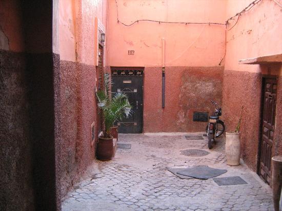 Riad Karim: Links die Tür zum Riad / hier der Vorbereich