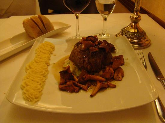 Ristorante Da Damiano: Delicious beef! Best mushrooms ever! And mashed potatoes. Nicely decorated dish.