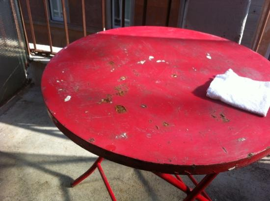 Erdarelli: rusty table on the balcony