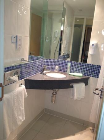 Holiday Inn Express Kettering: compact functional clean bathroom