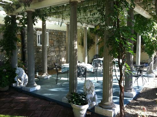 Shady Oaks Country Inn: The beautiful terrace where breakfast is served (weather permitting)