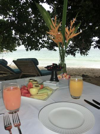 MAIA Luxury Resort & Spa: Breakfast on our front yard