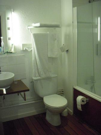 Hotel de France et d'Europe : Bathroom with nice dark wood floor