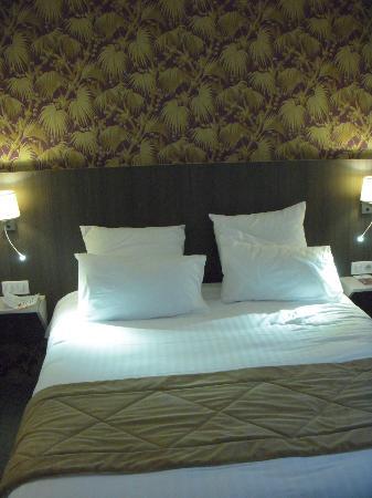 Hotel de France et d'Europe : Large bed with excellent reading lights