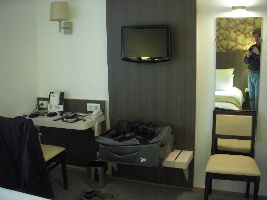 Hotel de France et d'Europe : Desk with double power outlets and flat screen TV